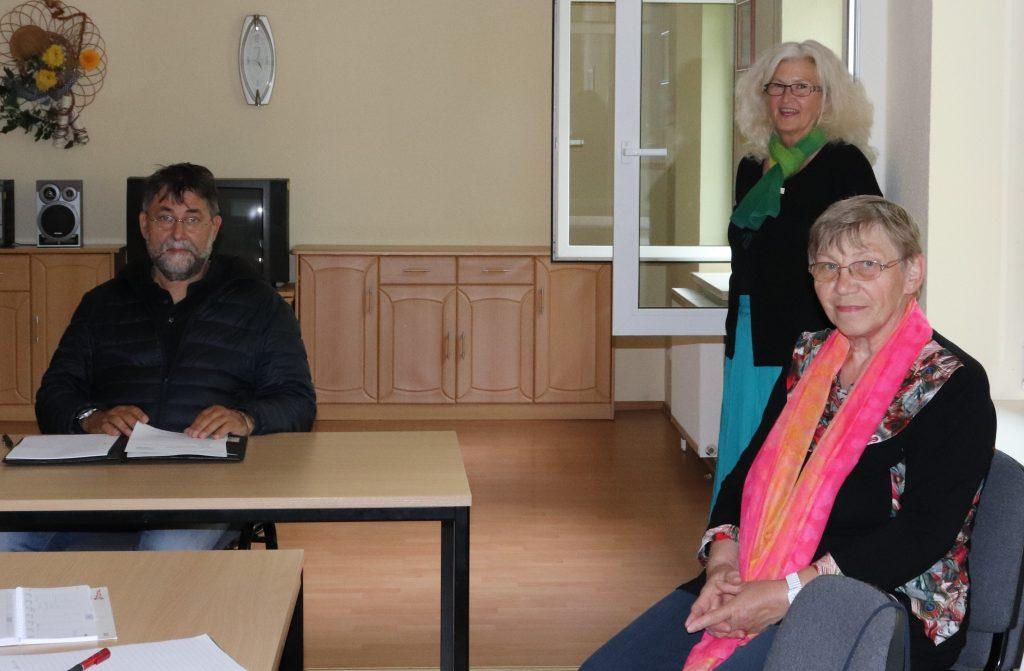 Die drei ORetsbeiratsmitglieder im Dorfgemeinschaftshaus
